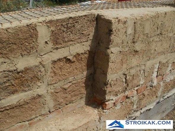 Стена дома из саманных блоков