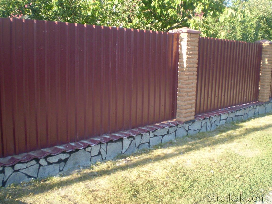 Как сделать забор из профнастила своими руками.