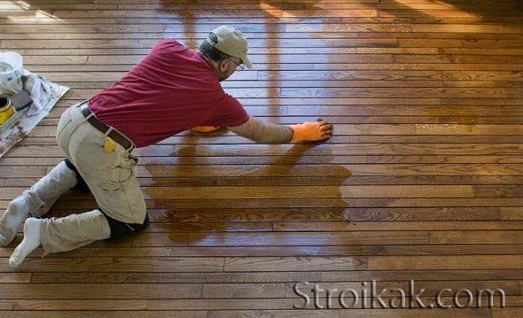Обработка деревянного пола морилкой