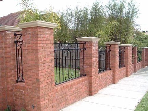 Кирпичный декоративный забор