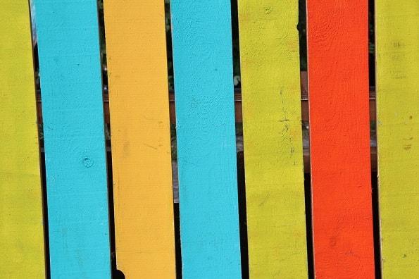 Покраска деревянного декоративного забора