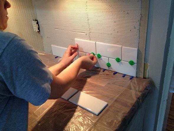 Укладка плитки на кухне вставка крестов