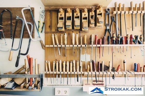 Мастерская с инструментами в гараже