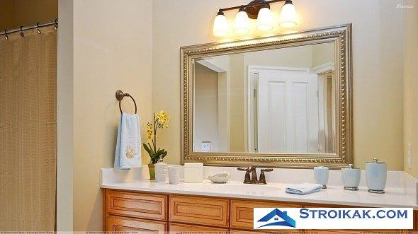 Рамное зеркало в интерьере ванной комнаты