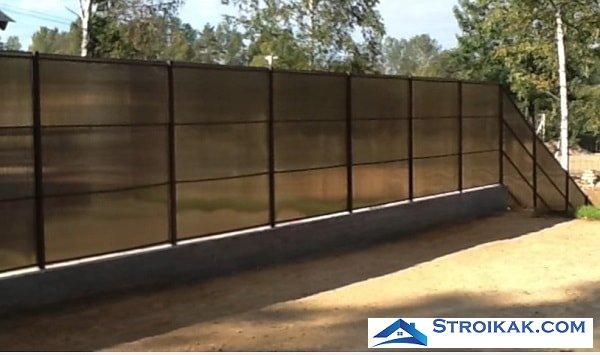 Забор из поликарбоната имеет как плюсы так и минусы