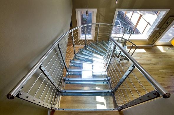 Лестницы для загородных домов со стеклянными ступенями