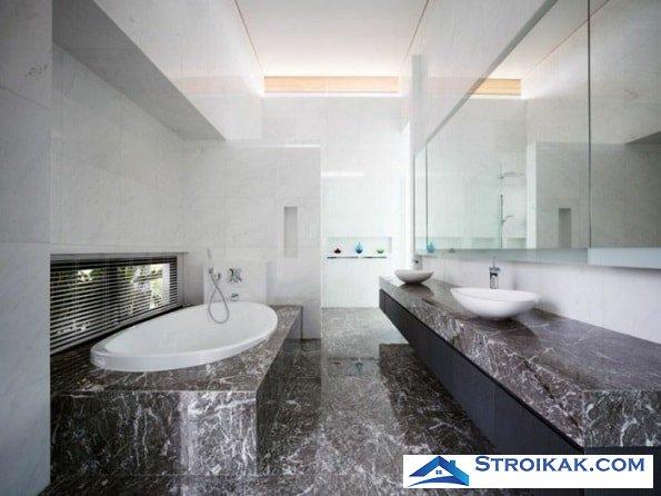Мраморная плитка на полу ванной
