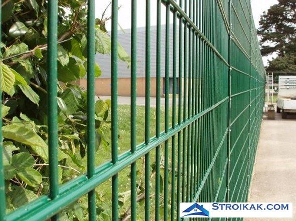 Панельный забор с цветным покрытием