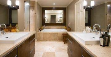 Керамическая плитка на полу ванной
