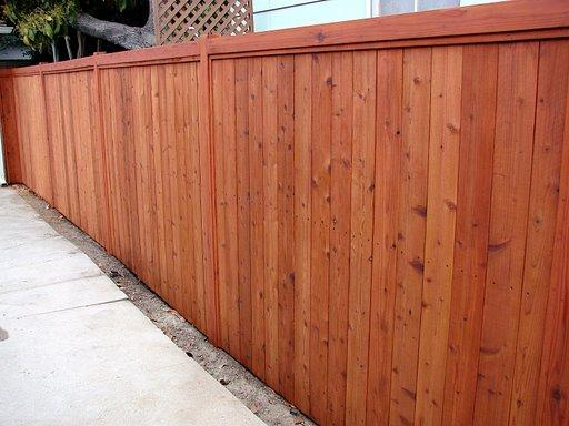 Забор из красного дерева